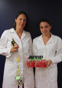 Die Mikrobiologinnen Sheryl Murdock und Bledina Dede im Labor (C. Kleint, Jacobs University)