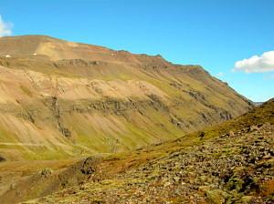 Andesitische bis rhyolitische Gesteine treten als helle Bereiche zwischen dunklen basaltischen Lavaströmen in der Kruste Islands auf.