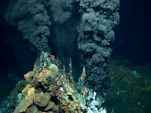 Schwarzer Raucher am Meeresgrund (Foto: MARUM)