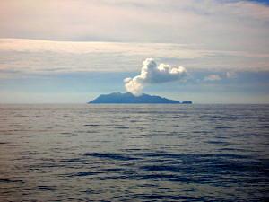 White Island vor der Küste Neuseelands: ein typischer Vulkan an einer Subduktionszone