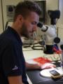 Patrick am Mikroskop